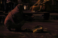 Sacrifice vers le Gange la nuit photos libres de droits
