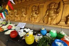 Sacrificios debajo del árbol del bodhi del templo de Kelaniya Raja Maha Vihara en Colombo imágenes de archivo libres de regalías