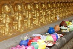 Sacrificios debajo del árbol del bodhi del templo de Kelaniya Raja Maha Vihara en Colombo foto de archivo