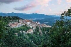 Sacro瓦雷泽圣玛丽亚del Monte,瓦雷泽-意大利Monte  小中世纪村庄的美丽如画的看法日落的 库存图片