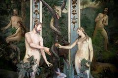 Sacro Monte di Varallo, Piedmont, Italien, Juni 02 2017 - biblisk teckenplatsframställning av Adam och helgdagsaftonen i Edenen royaltyfria foton