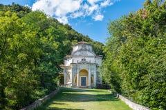 Sacro Monte di Varese Santa Maria del Monte, Italia Tramite sacri quello conduce al villaggio medievale, con la quinta quinta cap Fotografia Stock Libera da Diritti