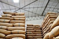 Sacs à chanvre contenant le riz Image libre de droits