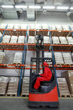Sacs à charge avec le chargeur de chariot élévateur dans l'entrepôt Photographie stock
