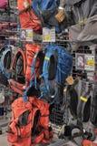 Sacs à dos dans la boutique de sports Photos libres de droits