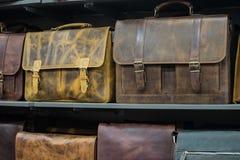 Sacs à dos en cuir faits main et sacs sur l'étagère dans la boutique européenne Image stock