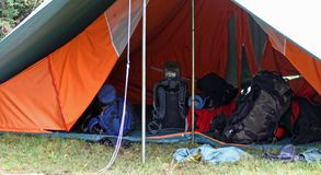 Sacs à dos et sacs dans la grande tente Image libre de droits