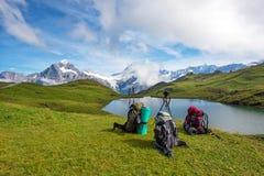 Sacs à dos, poteau de trekking et appareil-photo sur un trépied dans les montagnes Photographie stock