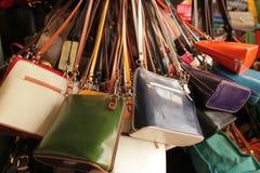 Sacs à main colorés à vendre Photographie stock libre de droits
