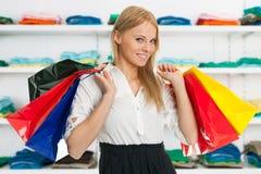 Sacs à provisions de transport de femme heureuse Image stock
