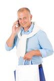 Sacs à provisions heureux aînés de fixation d'homme Images stock