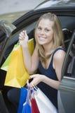 Sacs à provisions heureux de fixation de femme photo stock