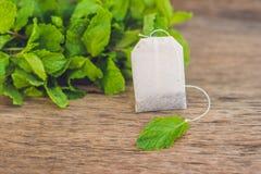 Sacs à thé sur le fond en bois avec la mélisse fraîche, menthe Thé avec photos libres de droits