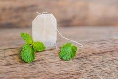Sacs à thé sur le fond en bois avec la mélisse fraîche, menthe Thé avec photographie stock