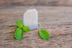 Sacs à thé sur le fond en bois avec la mélisse fraîche, menthe Thé avec le concept en bon état photographie stock libre de droits