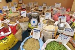 Sacs avec de la farine et le maïs au marché Photo stock