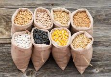 Sacs avec des grains de céréale d'isolement Photos libres de droits