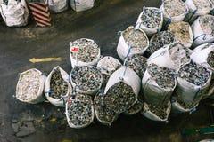 Sacs avec du plastique réutilisé à une installation de triage de rebut Récupération de place et tri distincts Réutilisation et ré photos libres de droits