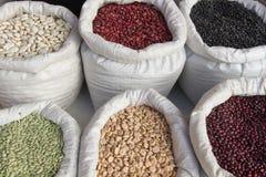 Sacs avec le marché de haricots de légumineuses Photos libres de droits