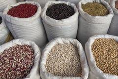 Sacs avec le marché de haricots de légumineuses Photographie stock libre de droits