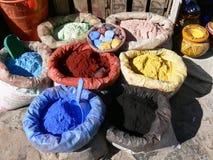 Sacs avec les épices colorées sur un marché Photo stock