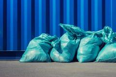 Sacs bleus avec des déchets de bâtiment images libres de droits
