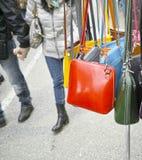 sacs colorés multi sur un marché Photographie stock