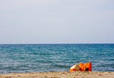 Sacs colorés sur la plage sablonneuse Images libres de droits