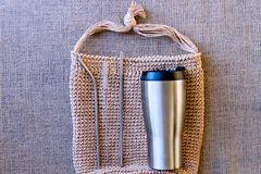 Sacs d'épicerie de rebut zéro et tasse réutilisable en métal pour le café photos stock