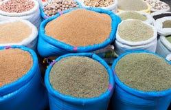 Sacs d'herbes et d'écrous sur le marché marocain Image libre de droits