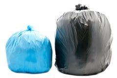Sacs d'ordures bleus et noirs image stock