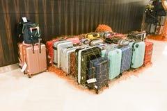 Sacs de bagage au concierge d'hôtel d'isolement et fixé avec la fabrication image stock