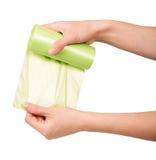 Sacs de déchets femelles de petit pain de participation de main d'isolement sur le blanc photos stock