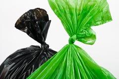 Sacs de déchets verts et noirs image libre de droits