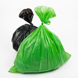 Sacs de déchets verts et noirs Photo libre de droits