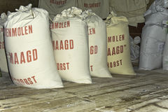 Sacs de farine dans le moulin de grain Photo stock