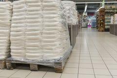 Sacs de farine dans le supermarché Entrepôt avec des dispositions Photo libre de droits