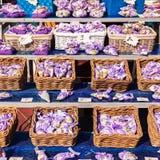 Sacs de lavande et peu de coeur de tissu accrochant sur la ligne Photo stock