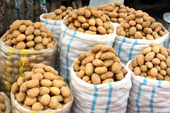 Sacs de pommes de terre à vendre sur le marché Photo libre de droits