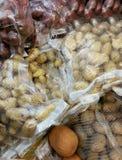 Sacs de pommes de terre sur le marché Photographie stock