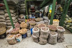 Sacs de pommes de terre sur le marché de nourriture de Paloquemao Photographie stock libre de droits