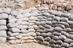 Sacs de sable, empilés comme protection pour le glissement de terrain image libre de droits