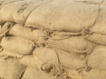 Sacs de sable formant le mur photographie stock libre de droits