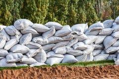 Sacs de sable pour la défense d'inondation photo libre de droits