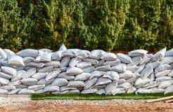 Sacs de sable pour la défense d'inondation Photographie stock libre de droits