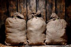 Sacs de sac de toile de jute de vintage dans le vieil entrepôt antique Image libre de droits