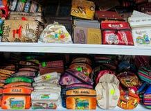 Sacs de souvenir sur le marché péruvien Photos libres de droits