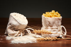 Sacs de toile de jute de farine et des pâtes sèches de cavatappi, oreilles de blé Image libre de droits
