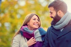 Sacs de transport de beaux jeunes couples affectueux et avoir plaisir à faire des emplettes ensemble Photo stock