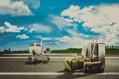 Sacs de voyage dans l'aéroport et l'avion de ligne Concept Images libres de droits